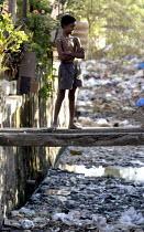 Children play in an open sewer. Mumbai, India. - Jess Hurd - 23-01-2004