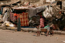 Street kids in their shanty town home, Mumbai, India. - Jess Hurd - 23-01-2004
