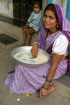 Woman prepares food for her family, Mumbai, India. - Jess Hurd - 23-01-2004