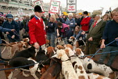 Countryside Alliance pro hunting rally with hound dogs. Labour Party Conference, Brighton. - Jess Hurd - 2000s,2004,animal,ANIMALS,Conference,conferences,country,Countryside,demonstration protest,dog,DOGS,fox,FOXES,hunt,hunting,outdoors,outside,Party,PROTEST,protests,rallies,rally,RURAL,UK