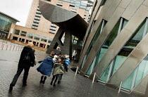 A school trip visits the Lowry Cultural Centre, Salford Quays Manchester. - Jess Hurd - 2000s,2004,ACE,ace arts culture entertainment,architecture,arts,buildings,child,CHILDHOOD,children,culture,day,EDU education,exhibition,juvenile,juveniles,kid,kids,people,primary,pupil,pupils,school,s