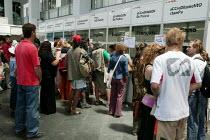 World Social Forum, Porto Alegre Brazil. Worldwide media journalists queue for press credentials. - Jess Hurd - 25-01-2005