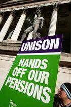 Paul Mackney NATFHE speaks at a pensions rally, UCL, London. - Jess Hurd - 18-02-2005