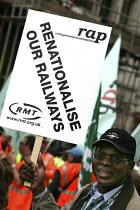 RMT protest arrives in London, campaign to renationalise the railways 2005 - Jess Hurd - 2000s,2005,activist,activists,against,black,BME Black minority ethnic,campaign,campaigner,campaigners,campaigning,CAMPAIGNS,DEMONSTRATING,demonstration,DEMONSTRATIONS,INDEPENDENT,London,member,member
