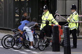 Police talk to asian youth at the crime scene cordon of the London bombings. - Jess Hurd - 11-07-2005