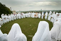 The Druid Order celebrate the Autumn Equinox on Primrose Hill. North London. - Jess Hurd - ,2000s,2005,An,autumn,Autumnal,bardic,blessing,celt,celtic,Celts,ceremonies,ceremony,circle,cities,city,Druid,Druidry,Druids,FEMALE,festival,festivals,Geatha,Gorsedd,order,orders,pagan,Paganism,pagans