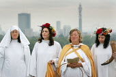 The Druid Order celebrate the Autumn Equinox on Primrose Hill. North London. - Jess Hurd - 23-09-2005