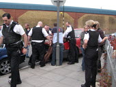 Man forcibly arrested in the street by regular and plains clothed police. Tower Hamlets, East London. - Jess Hurd - 19-04-2006
