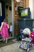 Football fan watches England play in the World Cup, in his Tower Hamlets garden. East London. - Jess Hurd - 10-06-2006