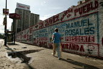 Pro Hugo Chavez and Pro Manuel Rosales Presidential election graffiti in Caracas, Bolivarian Republic of Venezuela. - Jess Hurd - 2000s,2006,activist,activists,against,americas,Bolivarian,campaign,campaigner,campaigners,campaigning,CAMPAIGNS,chavista,chavistas,DEMOCRACY,DEMONSTRATING,demonstration,DEMONSTRATIONS,election,electio
