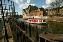 A barge on Regents Canal, Hackney, East London. - Jess Hurd - 03-03-2007