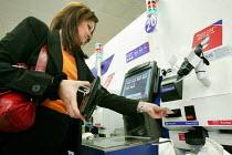 Self service checkout. Tesco Metro, Bishopsgate, London. - Jess Hurd - 17-04-2007