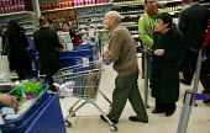 Pensioners shopping in Tesco Metro, Bishopsgate, London. - Jess Hurd - 17-04-2007