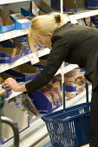 Woman shopping in Tesco Metro, Bishopsgate, London. - Jess Hurd - 17-04-2007