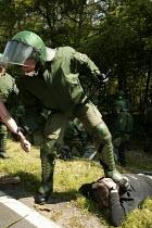 Police arrest. Block G8 protests at the G8 summit in Heiligendamm, Rostock, Germany. - Jess Hurd - 07-06-2007