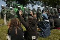 Demonstrators and police. G8 summit protests in Heiligendamm, Rostock, Germany. - Jess Hurd - 07-06-2007