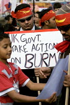 Campaigners for democracy in Burma, Trafalgar Square. London. - Jess Hurd - 2000s,2007,activist,activists,Burma,Burmese,CAMPAIGN,campaigner,Campaigners,CAMPAIGNING,CAMPAIGNS,democracy,DEMONSTRATING,demonstration,DEMONSTRATIONS,protest,PROTESTER,PROTESTERS,protesting,protests