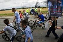 Climate Caravan demonstration marching to Kingsnorth, Rochester, Kent. - Jess Hurd - 2000s,2008,activist,activists,boy,boys,CAMPAIGN,campaigner,campaigners,CAMPAIGNING,CAMPAIGNS,child,CHILDHOOD,children,Climate Change,coal,DEMONSTRATING,demonstration,DEMONSTRATIONS,ENI Environmental I
