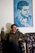 Mark Thomas, comedian, writer and political campaigner with a Che Guevara poster. Sinaltrainal offices. Bogota, Colombia. - Jess Hurd - 2000s,2008,America,americas,Bogota,colombia,Colombian,Colombians,Latin,Latin America,pol politics,South,South America