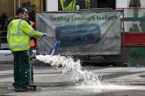 Thames Water workers attending a leak. London. - Jess Hurd - 29-09-2008