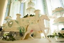 Wedding cake, Irish travellers from Dale Farm celebrate a wedding. Ramada. - Jess Hurd - 10-12-2008
