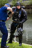 Wapping Police Marine Support unit (MSU) Underwater and Confined Space Search Team (UCSST) look for a knife used to stabbing, Regents Canal, Mile End. East London. - Jess Hurd - 28-05-2009