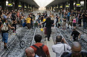 G8 protestors occupy the tracks at Termini Station. Anti G8 protests, Rome. Italy. - Jess Hurd - 07-07-2009