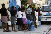 Queue for water. Haiti earthquake. - Jess Hurd - 18-01-2010