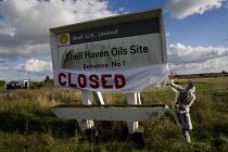 Crude Awakening. Climate activists blockade the Shell Haven Olis site in Essex. - Jess Hurd - 16-10-2010