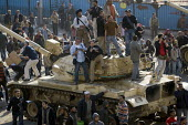 Guardian photographer Sean Smith photographs the Battle for Cairo from a tank. Anti Mubarak protesters fight back pro regime rioters in a bloody running battle outside the Cairo Museum, just down from... - Jess Hurd - 30-01-2011