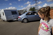 Mariah watches caravans leave Dale Farm on the eve of eviction by Basildon Council. Essex. - Jess Hurd - 18-09-2011
