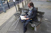 Regular bench reader in Poplar, Tower Hamlets, East London. - Jess Hurd - 26-09-2013