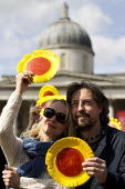 National Gallery strikers with sunflowers. May Day, International Workers Day protest. Trafalgar Square, London. - Jess Hurd - ,2010s,2015,activist,activists,CAMPAIGN,campaigner,campaigners,CAMPAIGNING,CAMPAIGNS,DEMONSTRATING,Demonstration,DEMONSTRATIONS,disputes,FEMALE,Gallery,INDUSTRIAL DISPUTE,member,member members,members