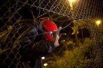 Hundreds of migrants break through outer fences Eurostar Terminal Calais France. - Jess Hurd - 2010s,2015,asylum seeker,asylum seeker,BME black,border,border control,border controls,borders,break,Breaking and entering,crisis,Diaspora,displaced,ethnic,ETHNICITY,eu,Europe,european,europeans,euroz