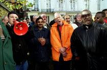 Ford Dagenham car workers lobby pay talks as 400 go on strike in a dispute over bonus pay. London - Jess Hurd - 1990s,1999,activist,activists,aeeu,asian,black,BME black,CAMPAIGN,campaigner,campaigners,CAMPAIGNING,CAMPAIGNS,Dagenham,DEMONSTRATING,demonstration,DEMONSTRATIONS,dispute,disputes,ethnic,ETHNICITY,For