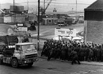 NUM Strike, miners picket coal imports at a small Essex port Wivenhoe. - John Sturrock - 10-04-1984