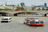 Tourists on a riverboat cruise along the Thames. London. - Justin Tallis - 25-06-2010