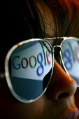 Google search engine reflected in sunglasses. - Justin Tallis - 28-09-2007