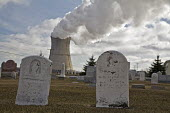The cooling tower of the Davis-Besse Nuclear Power Station and the Locust Point Cemetery, Davis-Besse has been plagued by many safety problems. - Jim West - 28-02-2009