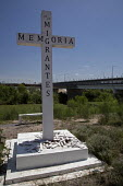 Reynosa, Tamaulipas, Mexico, Memoria. A cross at the Rio Grande (Rio Bravo del Norte) river is a memorial to Mexican migrants who died trying to cross the US Mexican border. The international bridge t... - Jim West - 24-07-2013