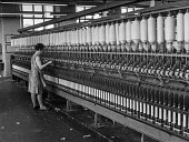 Woman worker in a cotton Mill in Ashton-under-Lyne, Lancashire - Martin Mayer - 20-08-1970