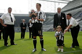 �16 million pound signing Michael Owen is paraded before fans after his transfer from Real Madrid to Newcastle United. Saint James' Park football stadium, Newcastle Upon Tyne. - Mark Pinder - ,2000s,2005,football,interacting,interaction,Madrid,Newcastle,Saint,signer,signers,signing,SPO sport,stadium