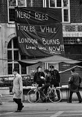 Strike by firemen 1977. Firemen in Euston, London get support from members of the public. - NLA - Trades Union,1970s,1977,adult,adults,banner banners,DISPUTE,DISPUTES,EARNINGS,Euston,FBU,fire brigade,FIREFIGHTER,Firefighter firefighters,FIREFIGHTERS,FIREMAN,Firemen,Home Secretary,INDUSTRIAL DISPUT