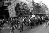 Docks Crisis 1972. Fleet Street print workers walk out in support of the demand to free the jailed Pentonville 5 dockers, and make their way to Pentonville jail. The national papers do not appear. In... - Peter Arkell - 1970s,1972,anti union law,anti union laws,anti union legislation,banner banners,Court,Crisis,DISPUTE,disputes,DOCK,Docks,Docks Labour Scheme,Fleet,Fleet Street,harbor,harbors,HARBOUR,harbours,INDUSTRI