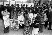 Grunwick strike for union recognition 1977. Women on the picket line. - Peter Arkell - 17-06-1977
