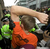 G8 protesters are surrounded by police at demonstrations in Edinburgh on Monday 4th of July. Protesters push the police. - Paul Box - 04-07-2005