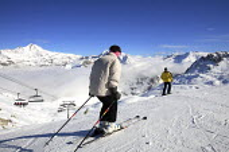 Skiers on the Alps, France. - Paul Box - 2000s,2007,eu,Europe,european,europeans,eurozone,FEMALE,france,french,hill,hills,holiday,holiday maker,holiday makers,holidaymaker,holidaymakers,holidays,Leisure,LFL,LIFE,male,man,men,Mountain Range,m