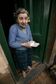 An elderly lady receives her hot meal from Meals On Wheels service provided by Bristol City Council. - Paul Box - 2000s,2004,adult,adults,age,ageing population,cities,city,council,Council Services,Council Services,deliveries,delivering,delivery,doorstep,elderly,FEMALE,food,FOODS,funded,her,job,jobs,LAB LBR Work,l