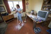 Residents clean up their flooded home in Evesham, Warwickshire, after the river Avon and the river Severn bursts their banks. - Paul Box - 22-07-2007