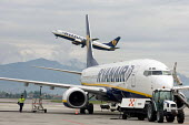 Ryanair aircraft takes off at Bergamo airport - Philip Wolmuth - 02-05-2006